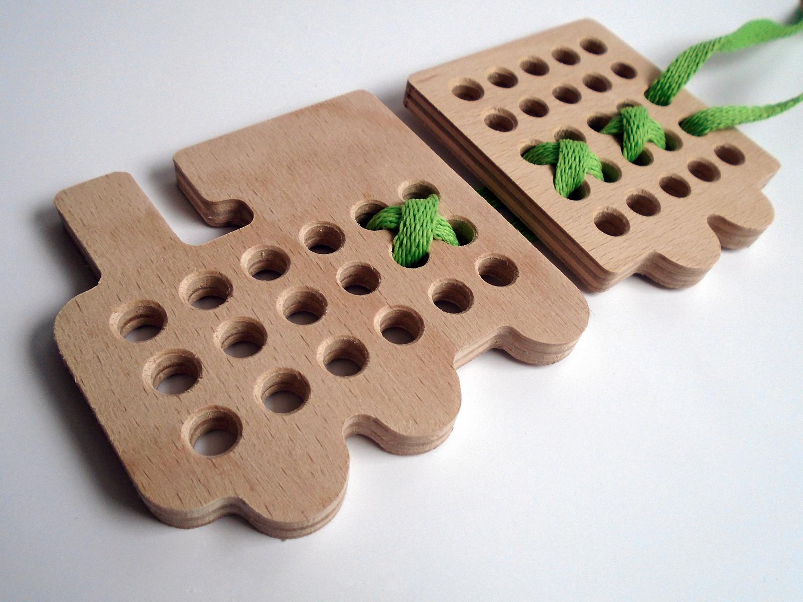 Dřevěná provlékací hračka - lokomotiva