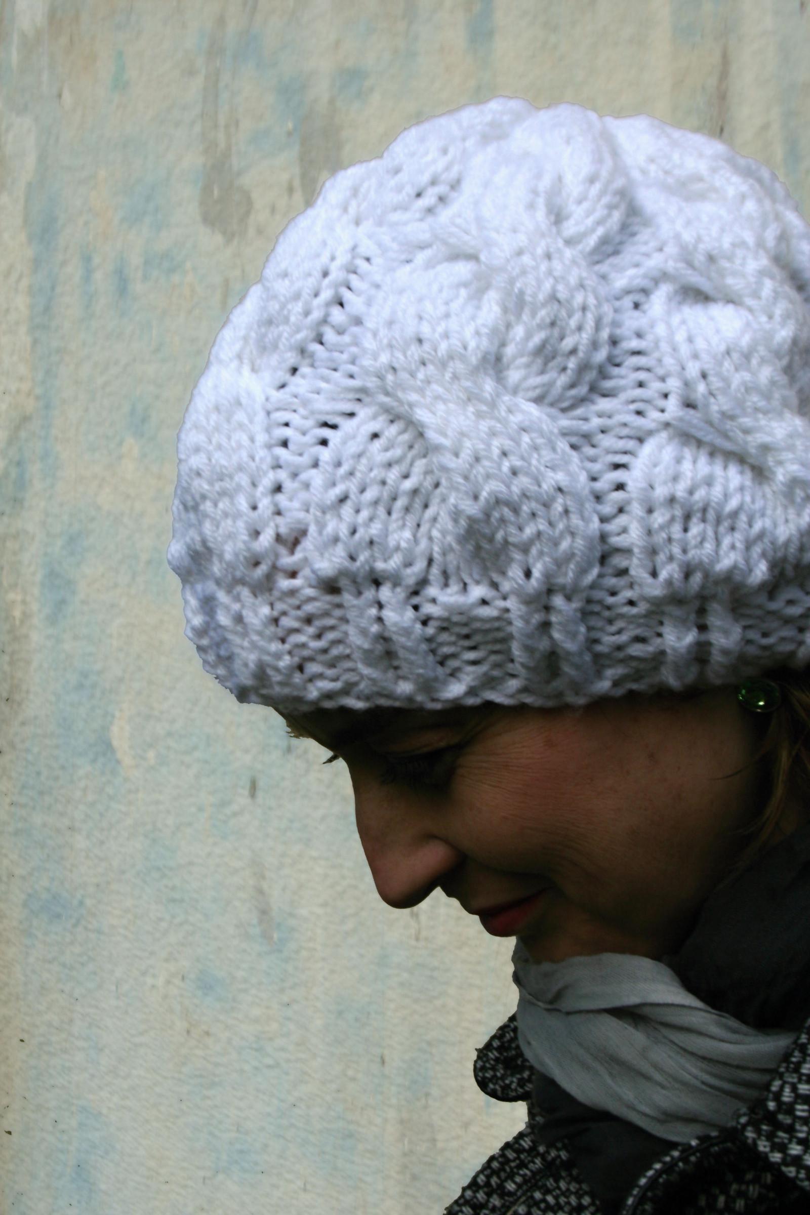 955a3e5ed82 Bílá pletená čepice s copy-bavlna   Zboží prodejce Švambi74