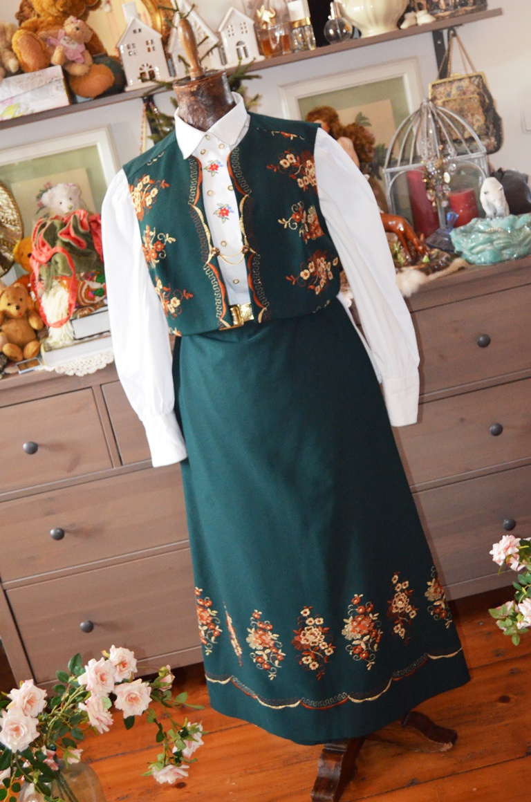 f1d4fce61741 Dobový stylový retro kostým