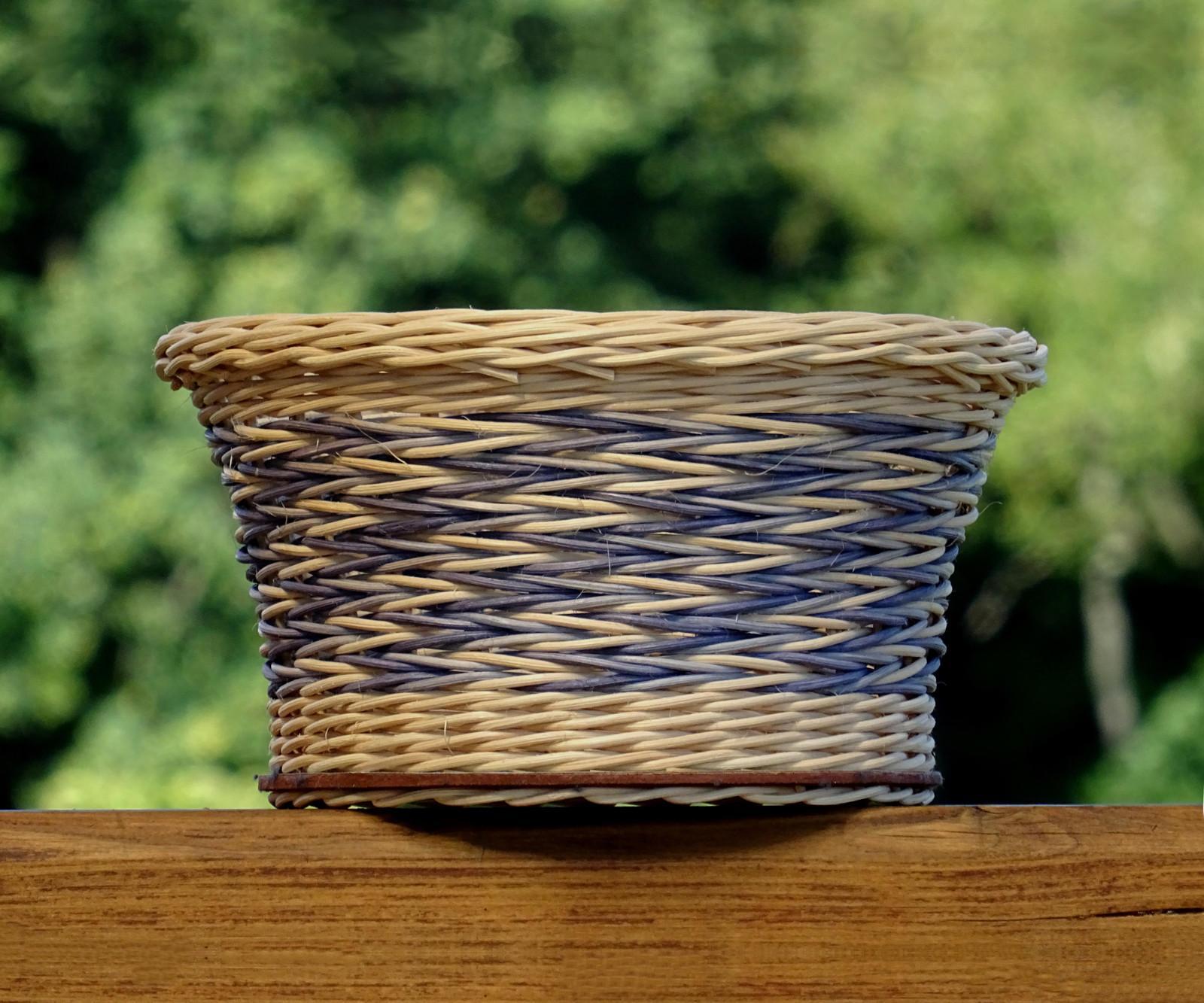 Pletený košík s modrým řetízkovým vzorem   Zboží prodejce Swagman ... b4469f2f27