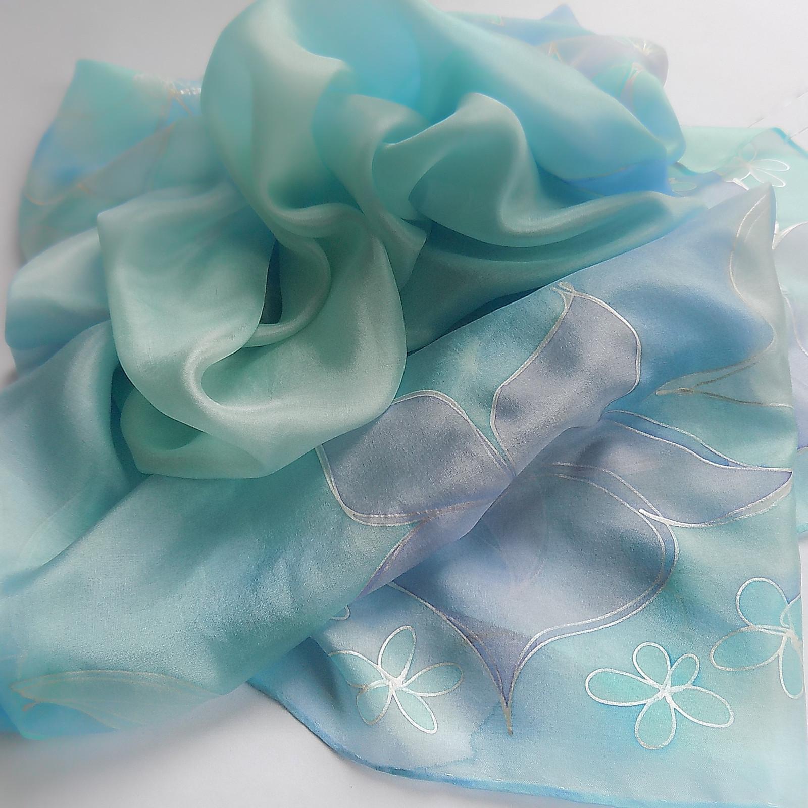 e68d03758c2 Hedvábný šátek - Modrý pastelový s květy   Zboží prodejce Hedvábí ...