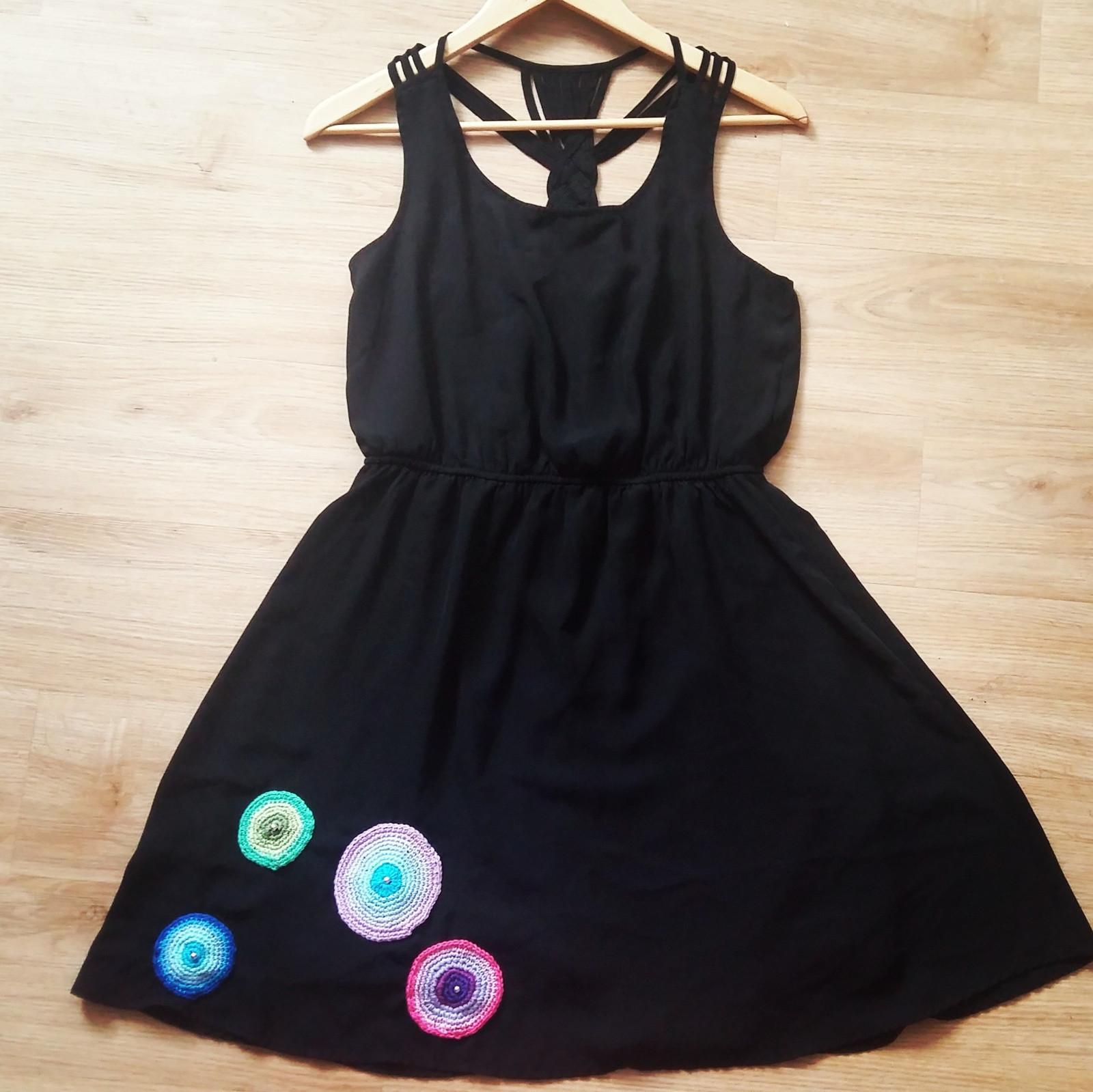 Černé šaty s háčkovanou aplikací  skladem   Zboží prodejce dolela ... b8a7dd5eb5