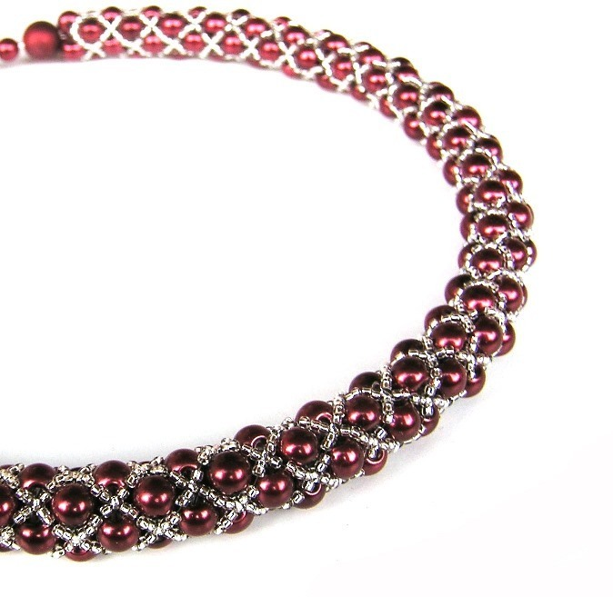 Elegantní náhrdelník šitý z drobných voskových perliček a čirého rokajlu se  stříbrným průtahem. f006b48923e
