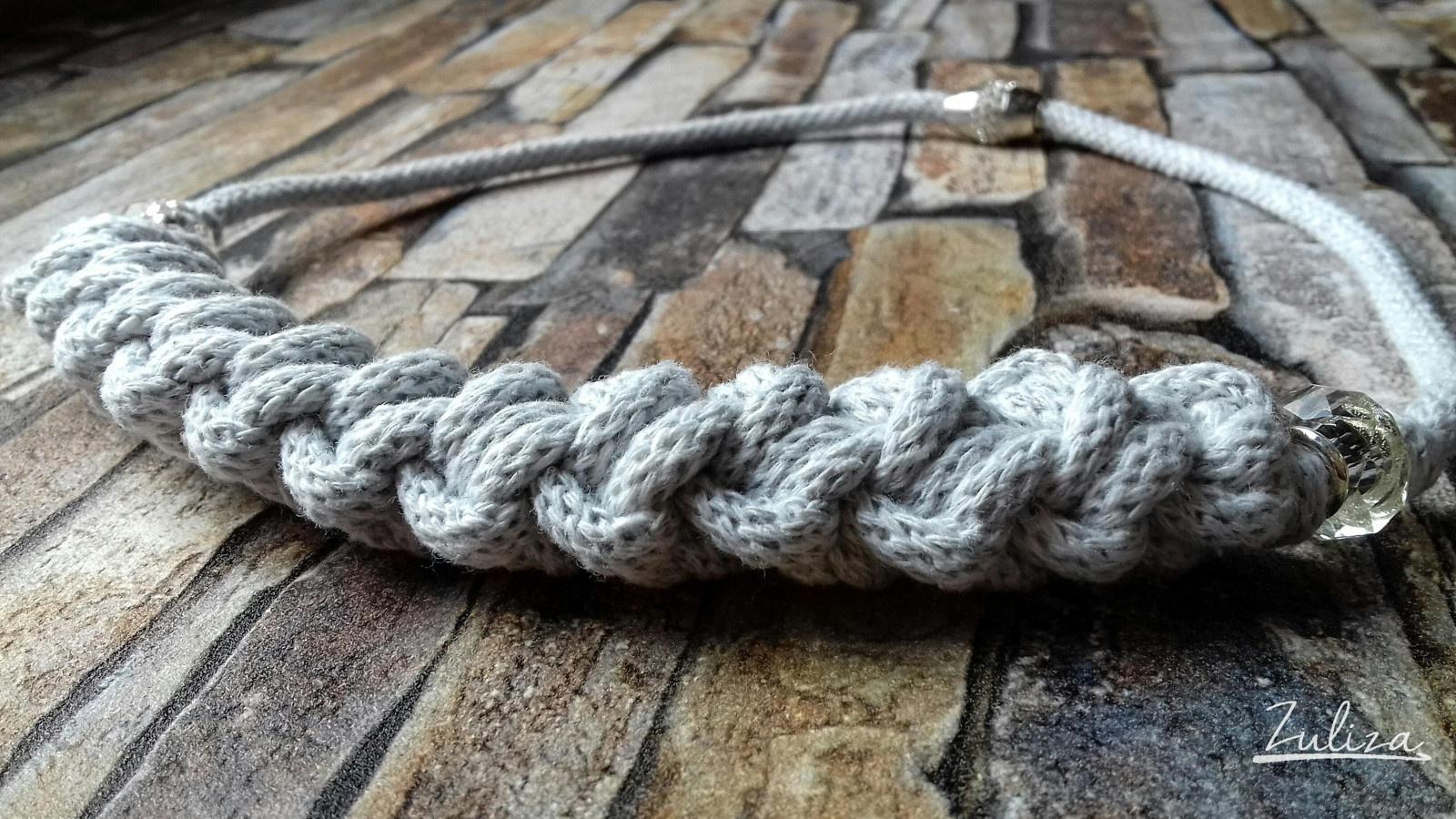 Háčkovaný náhrdelník světle šedý Zuliza