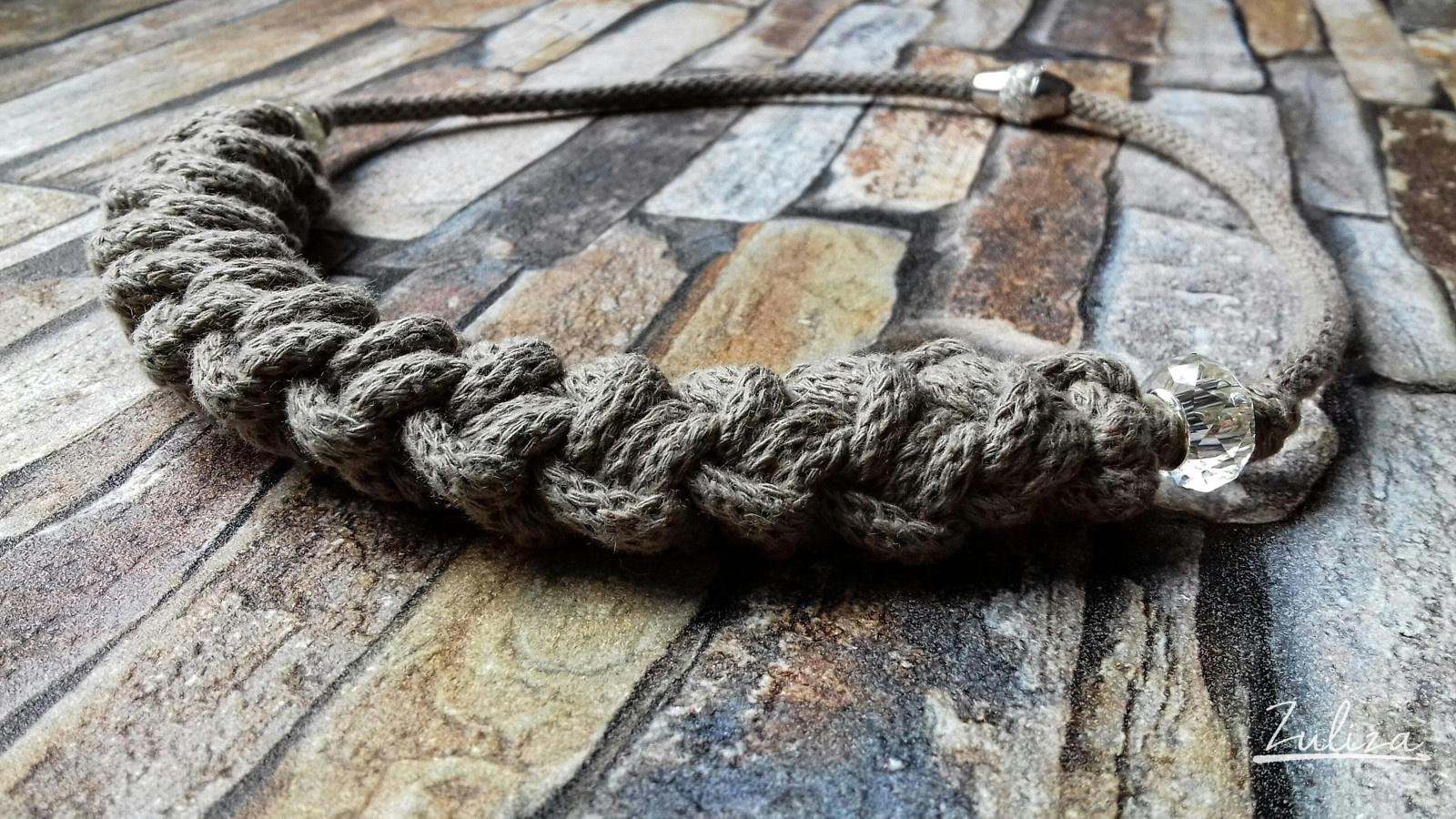 Háčkovaný náhrdelník kávový Zuliza