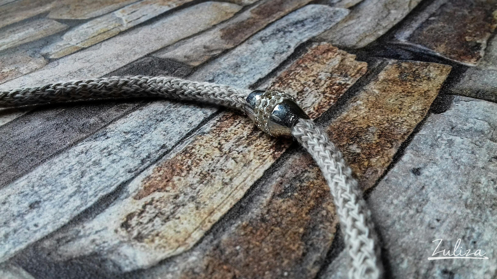 Háčkovaný náhrdelník béžový žíhaný kolekce země Zuliza
