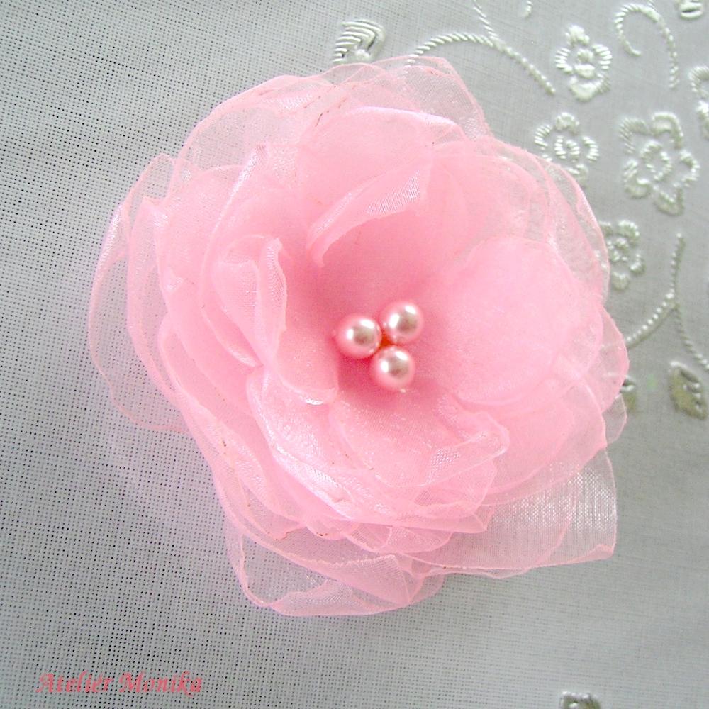 515991dc579 Něžný květ pro romantické duše z jemně růžové organzy zdobený růžovými  perličkami. Průměr květu je 9