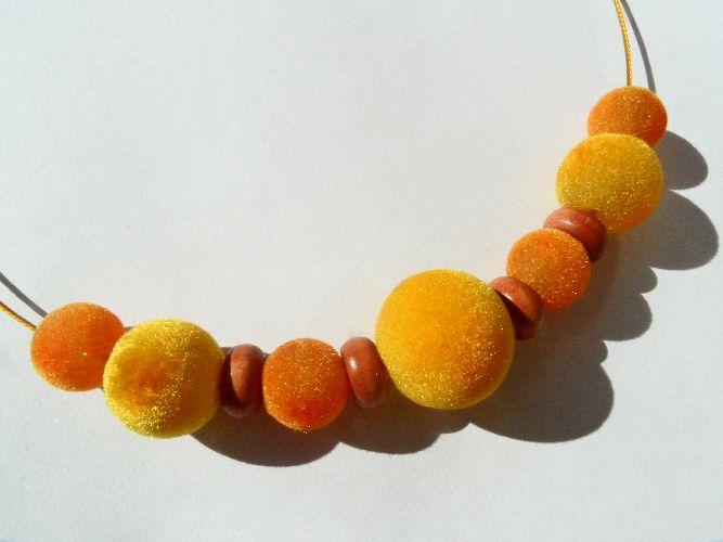 34c88091da6 Sluníčkový sametový náhrdelník (se světle hnědými korálky)   Zboží prodejce  chucha