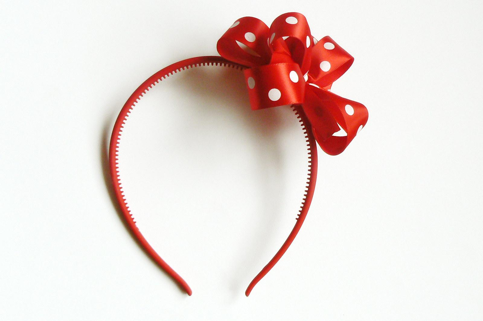 0c016e8304d Červená čelenka do vlasů s ozdobnou červenou mašlí s bílými puntíky. Čelenka  je z měkkého plastu