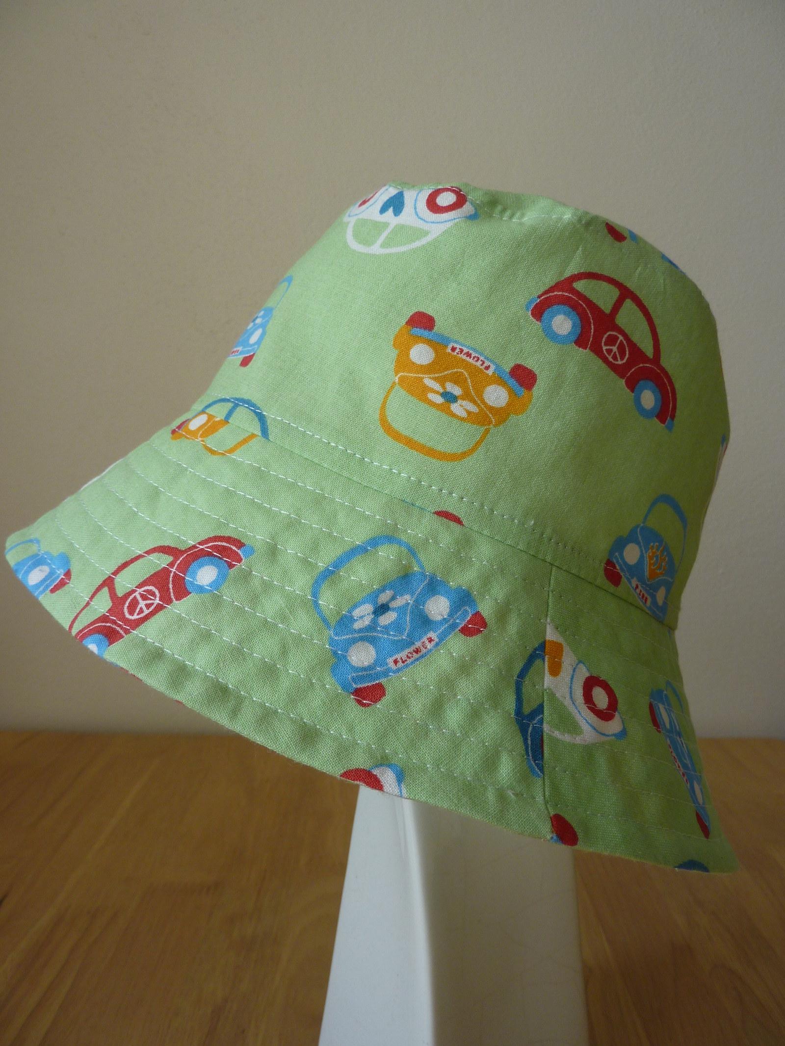 d20845c2ee2 Lehoučký klobouček je ušitý z bavlněné látky