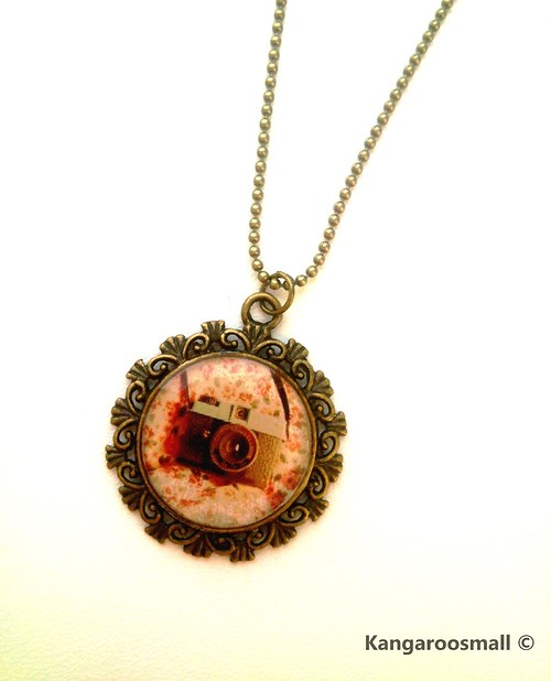 Retro foťák - náhrdelník z křiš. pryskyřice