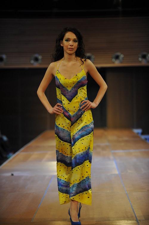 Žluté hedvábné šaty