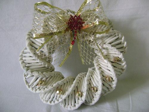 Věneček bílý se zlatou dekorací