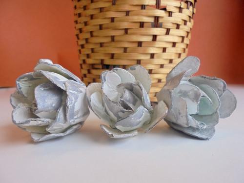 Květiny z kartonu v bílé