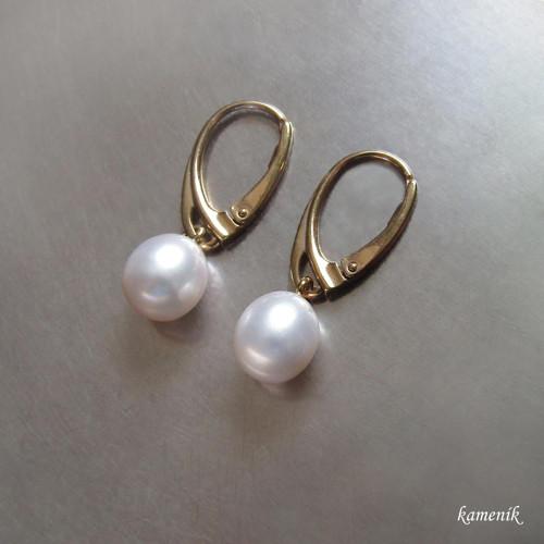 Stříbrné pozlacené náušnice s oválnou perlou