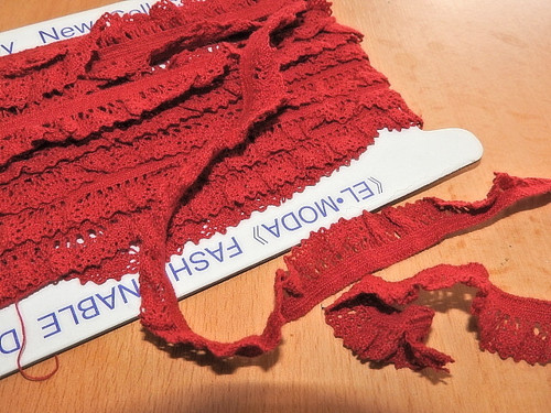 Elastická krajka šíře 16 mm s volánkem tm.červená