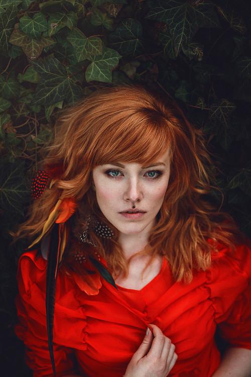 Romantický divoký červený hair clip s peřím