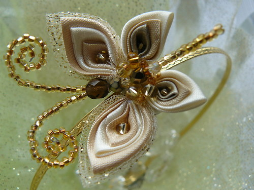 Kanzashi čelenka motýlek zlatý.