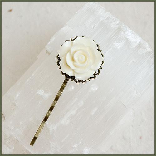 Sponka - bílý květ