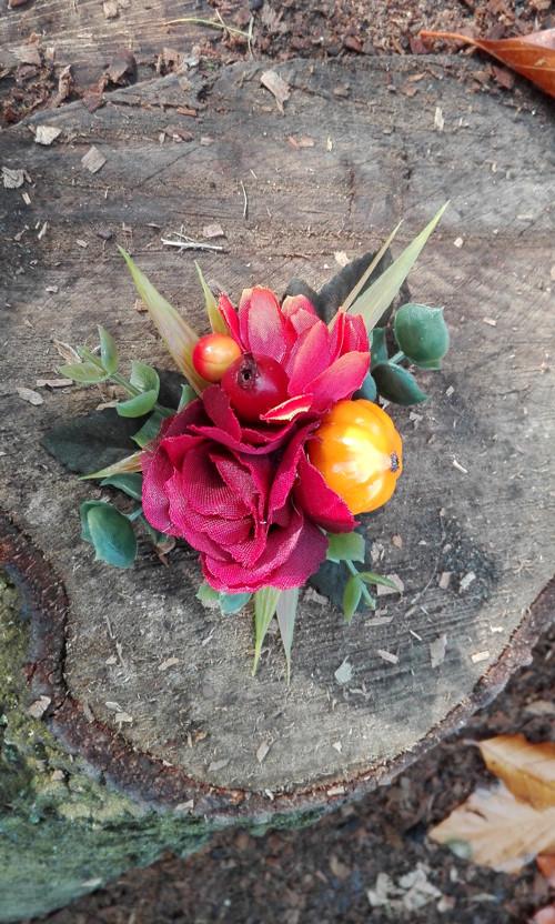 Sponka/brož s růží vedle dýně