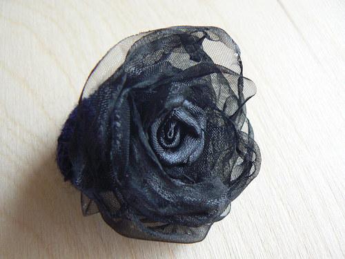 Černý kvítek na gumičce do vlasů