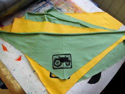 Šátek s traktůrkem..1Ks menší...