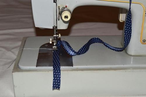 Bavlněný šikmý proužek 15mm puntík - bílý na modré