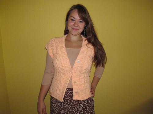 Pletený svetřík  s krátkým rukávem.