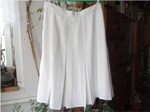 Bílá suknička sklady,přes břicho 21 cm sešívané