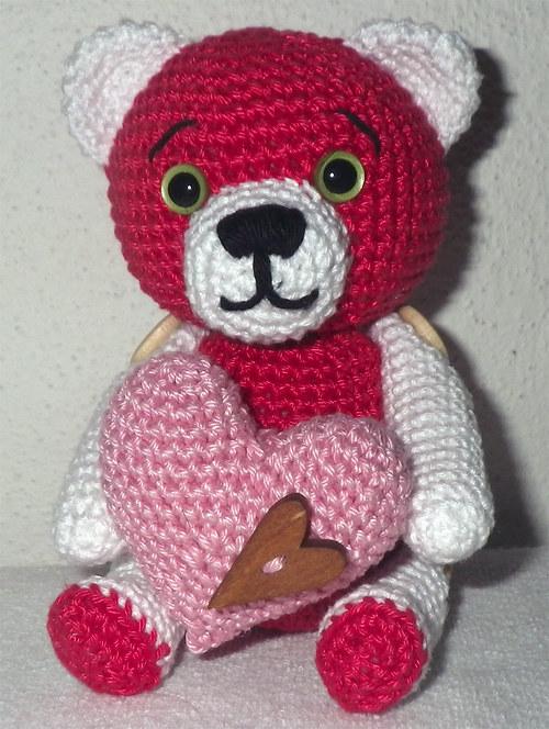 Háčkovaný zamilovaný medvídek