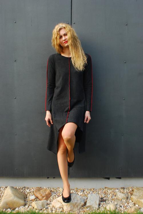 Šaty s cípy a červenými švy