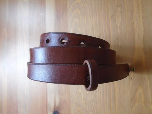 Tenký kožený pásek koňakový