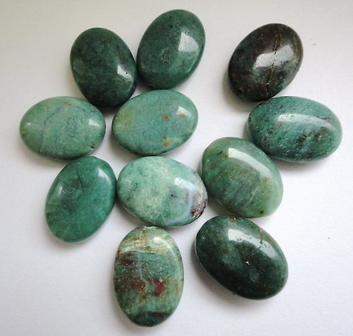 Minerál chalcedon v křemeni - oválek