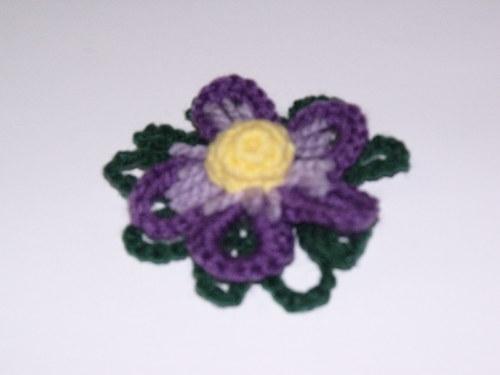 Háčkovaná brož fialová 2