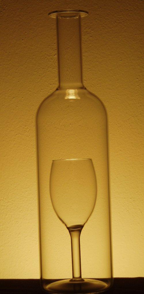 láhev se sklenkou uvnitř