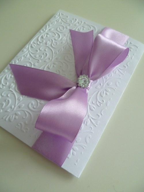 bílošeříkové svatební oznámení se vzorem a stuhou
