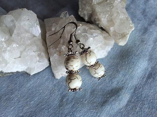Náušnice z korálků tyrkenitu (howlitu)