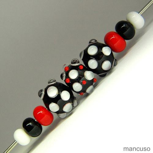 bílo,červeno,černá