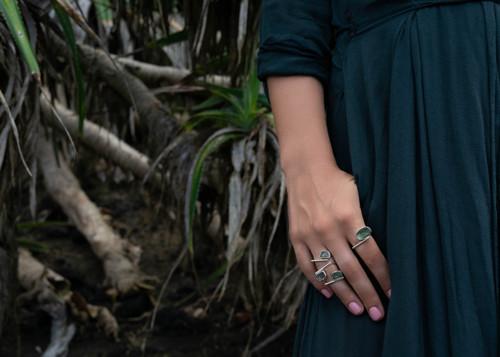 Nastavitelný stříbrný prsten s vltavínem