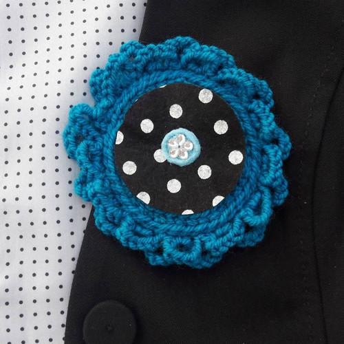 Háčkovaná brož s filcem a korálkem uprostřed