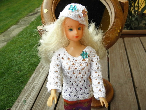 svetřík s čepičkou pro Barbie