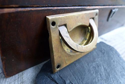 Stará nábytková krytka, madlo