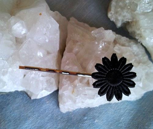 Saténová květinka do vlásků - černá na stříbrné