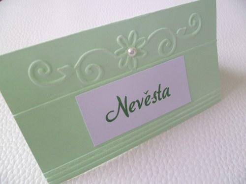 světle zelenkavé jmenovky na svatební stůl..