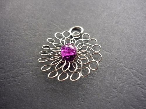 Přívěšek fialová kytička