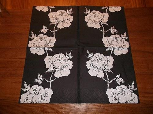Ubrousek na decoupage - bílé květy na černém