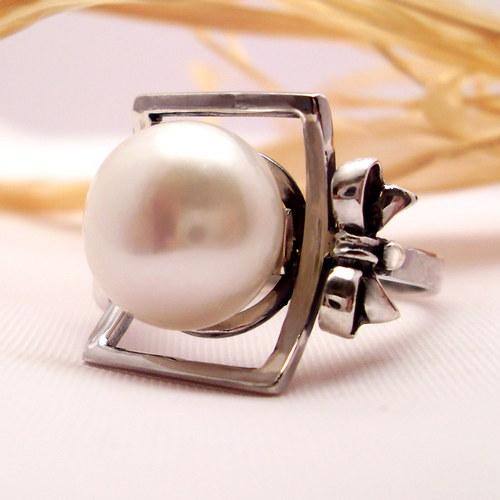 Prsten «Dvorní dáma» - bílá perla, stříbro