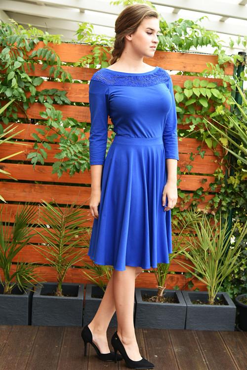 Modré s kolovou sukýnkou, krajkový dekolt