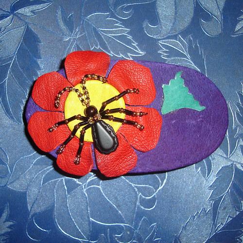 Ze života hmyzu II: Brouček na květině - sponka