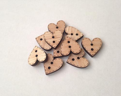 Dřevěný knoflík - SRDÍČKO buclaté